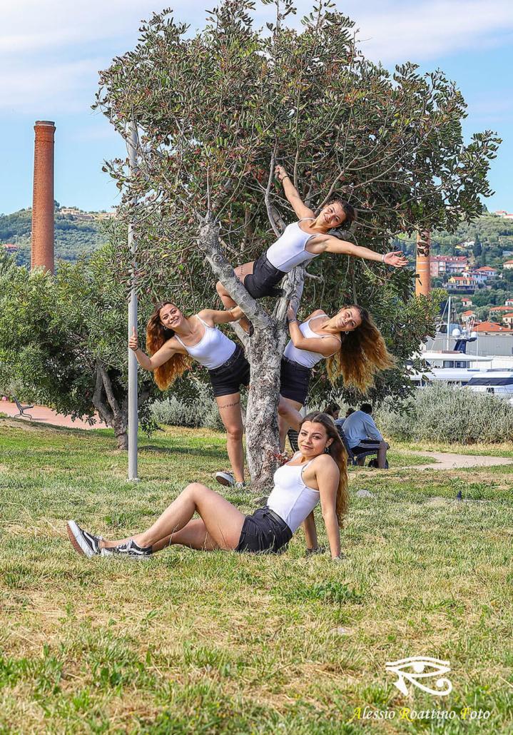 Adriana, ragazza bionda vestita sportiva, clonata piu volte mentre gioca su un albero