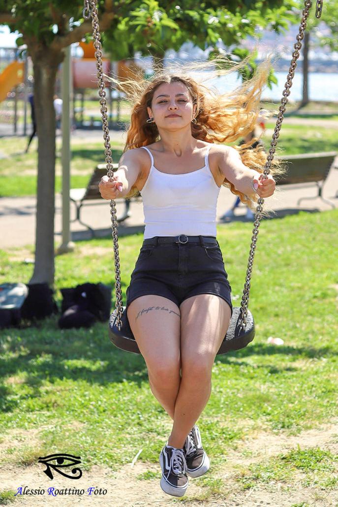Adriana, ragazza ginnica che si dondola sull'altalena