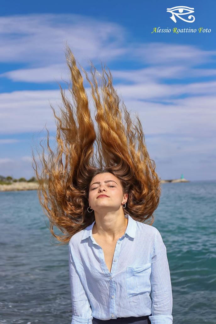 Adriana, ragazza ripresa sotto i raggi del sole con i capelli bloccati in aria