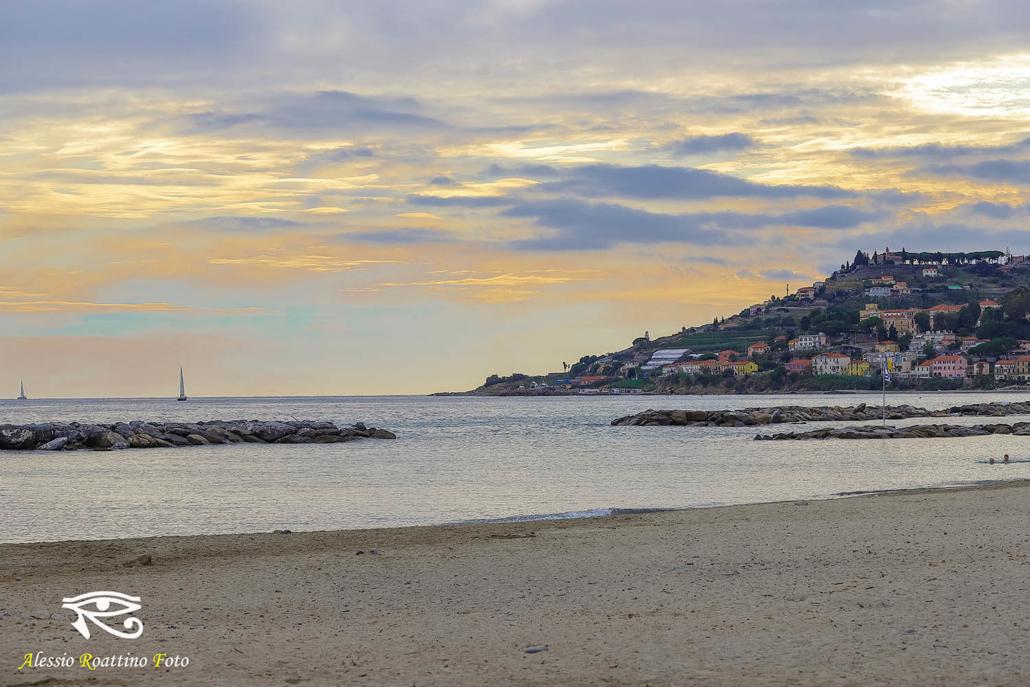 Diano Marina, un tramonto ripreso dalla spiaggia.