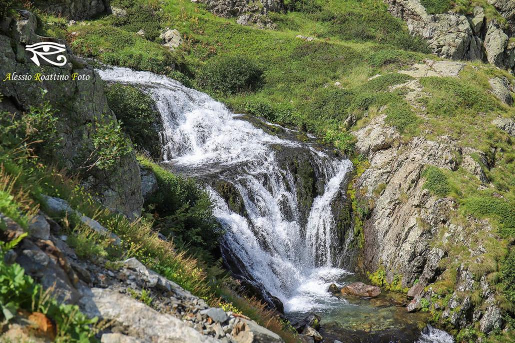 Entracque, cascate di un piccolo ruscello che sfocia nel lago del Chiotas