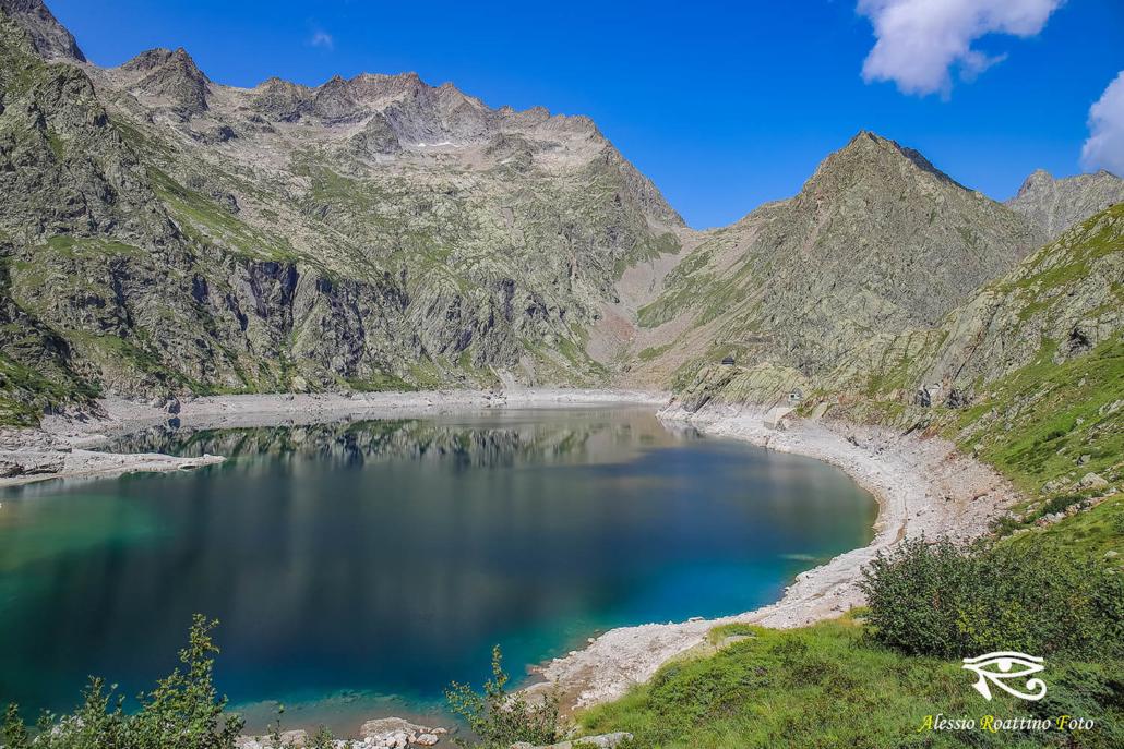 Entracque, lago del Chiotas con le montagne sullo sfondo riflesse sull'acqua