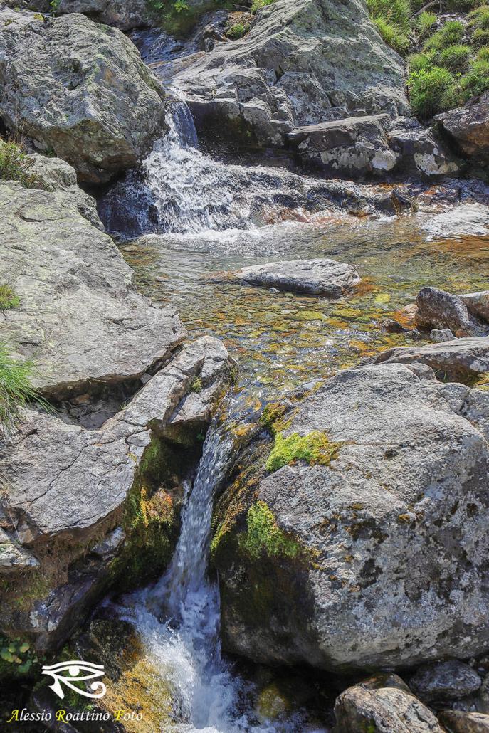 Entracque, rigagnolo d'acqua che sfocia nel lago del Chiotas