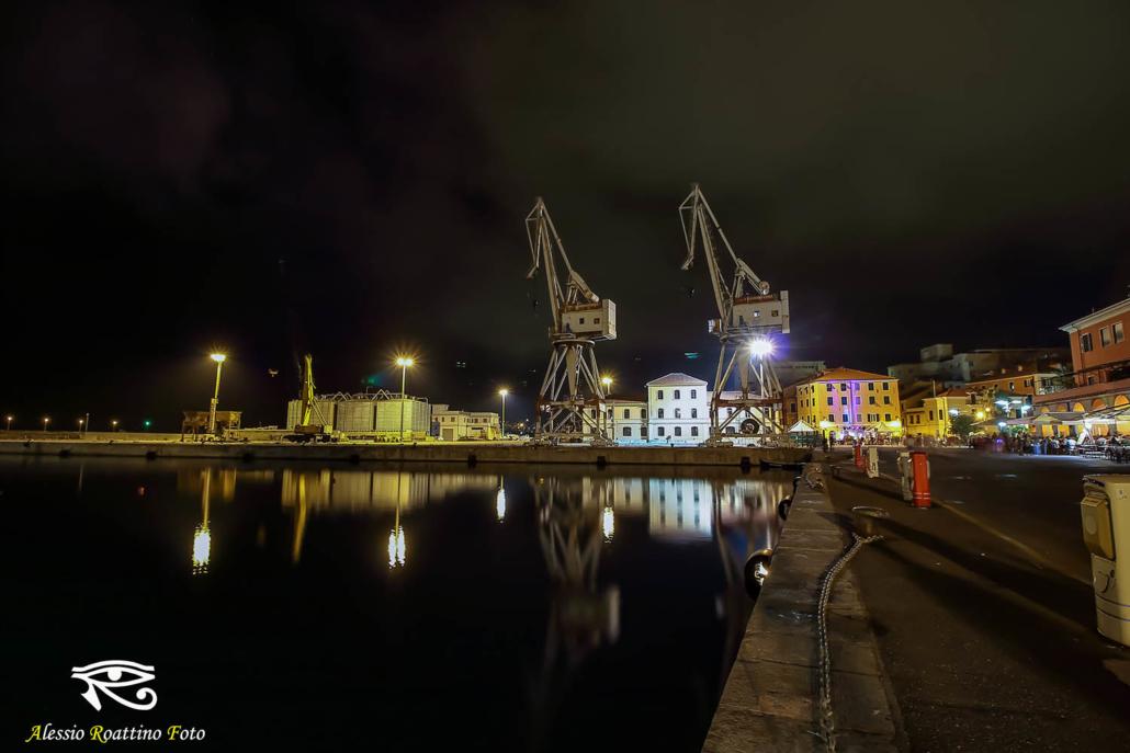 Imperia, calata Cuneo, le gru gemelle viste di notte