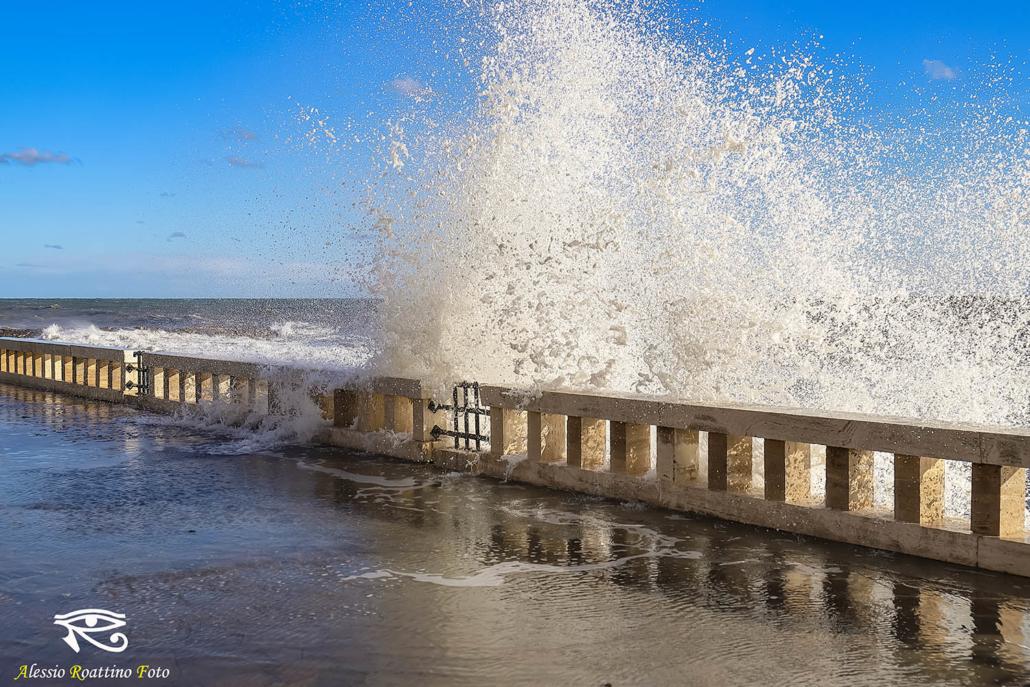 Imperia, grossa onda che si abbatte sulla passeggiata di via Angiolo Silvio Novaro, mareggiata del 30 ottobre 2018