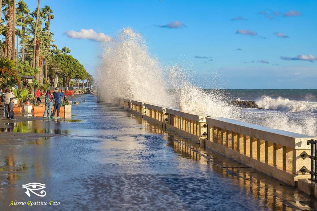 Imperia, grossa onda che si abbatte sulla passeggiata di via Novaro, mareggiata del 30 ottobre 2018