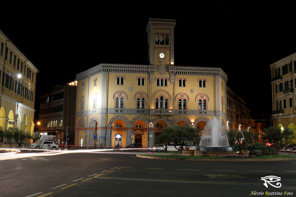 Imperia, piazza Dante ripresa di notte con le scie dei fari delle auto che passano