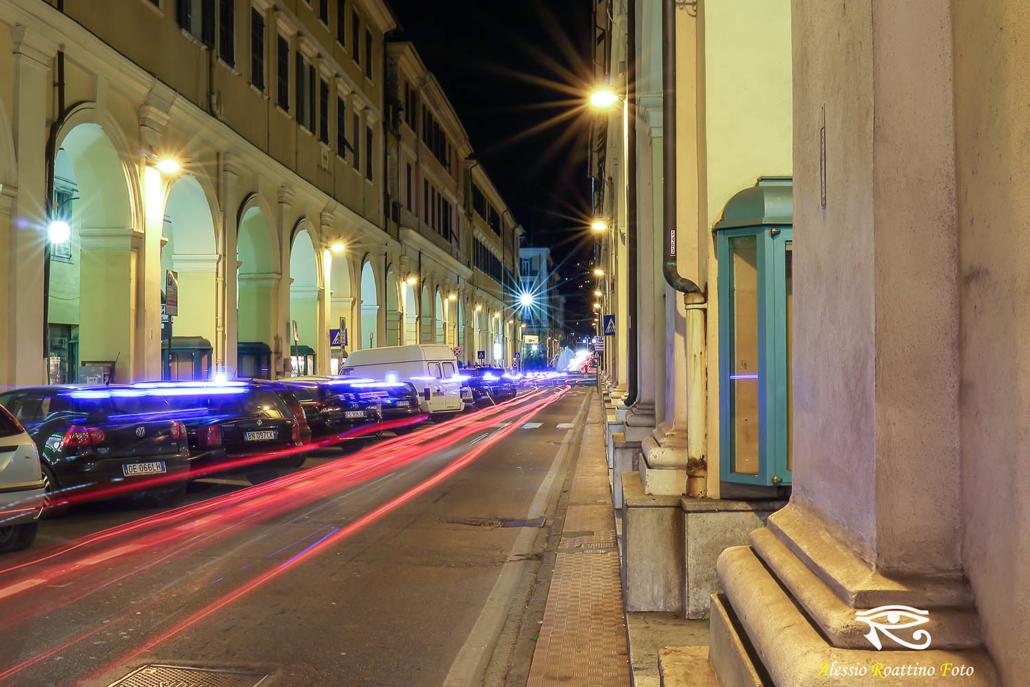 Imperia, ripresa notturna di via Bonfante mentr passa una macchina con i lampeggianti blu