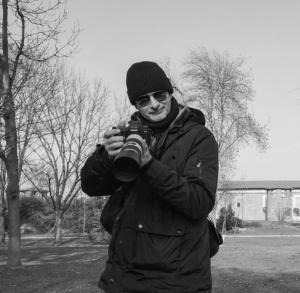 Foto in bianco e nero di Alessio Roattino Fotografo Amatoriale di Imperia, mentre tiene in mano una Canon EOS 6D con obiettivo canon Ef 70-200mm f4 L IS USM III