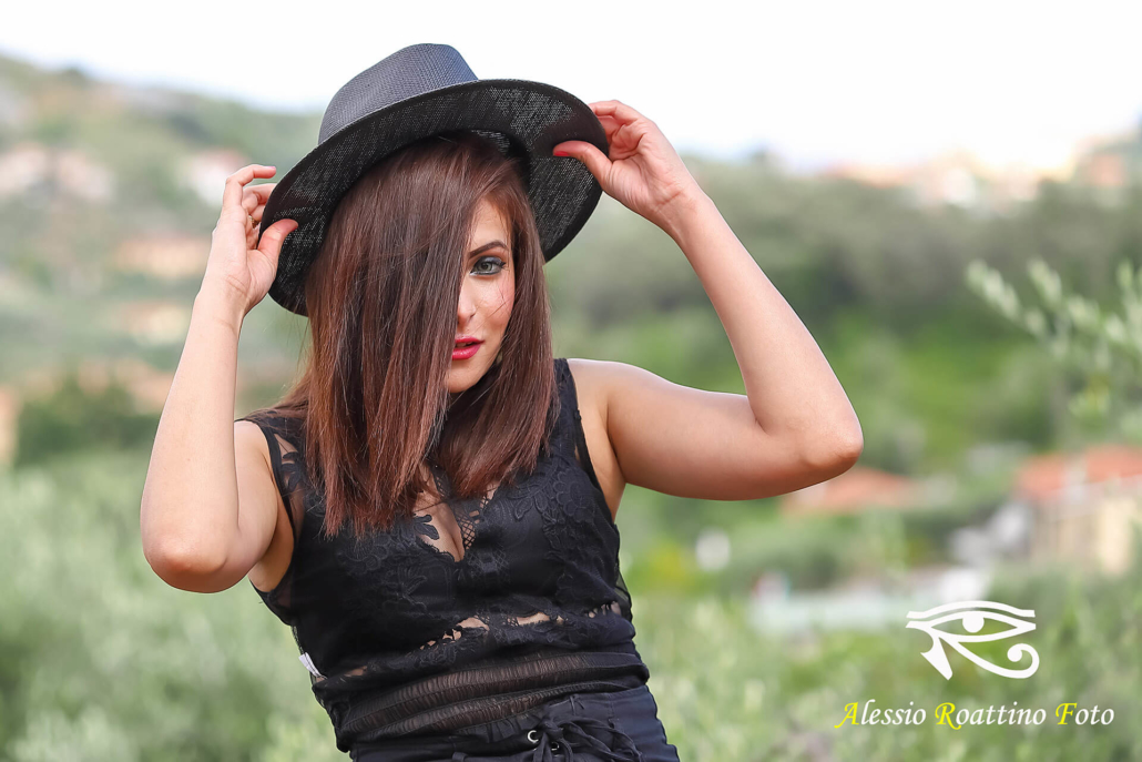 Narjis, modella con cappello nero
