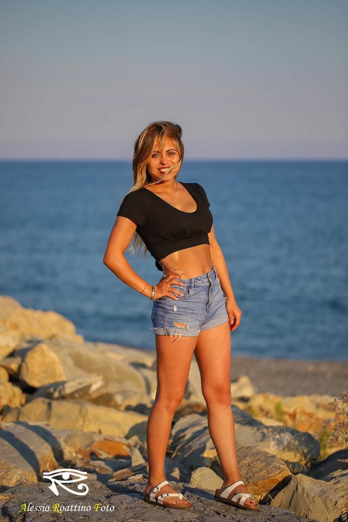 Sharon, ragazza bionda con occhi blu ripresa sulla spiaggi al tramonto